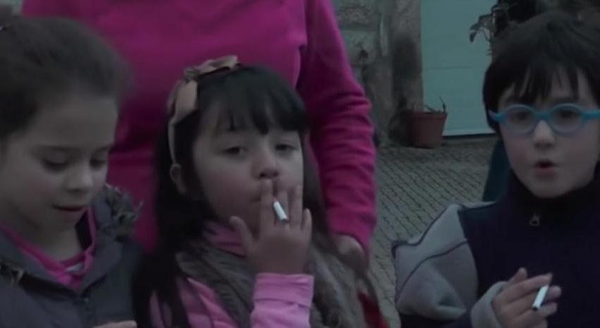 Dejar fumar a los niños, la insólita y polémica tradición de un pueblo portugués